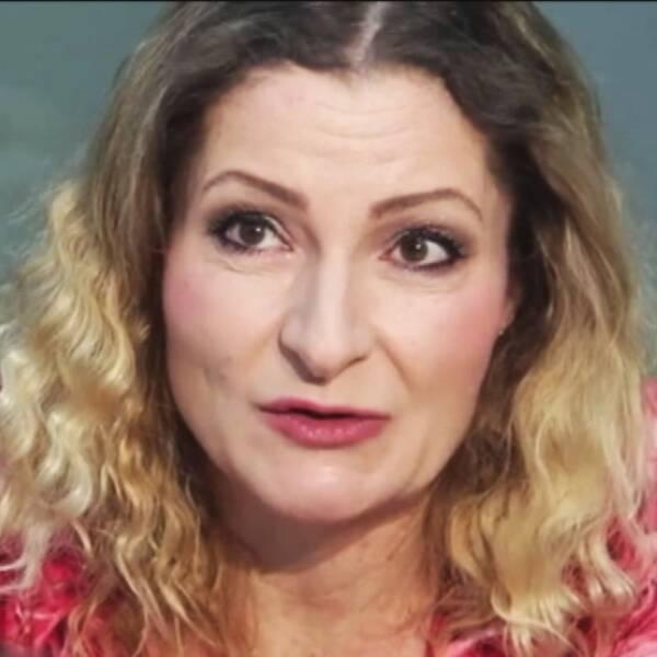 Katerina Janouch intervjuas för tjeckisk tv