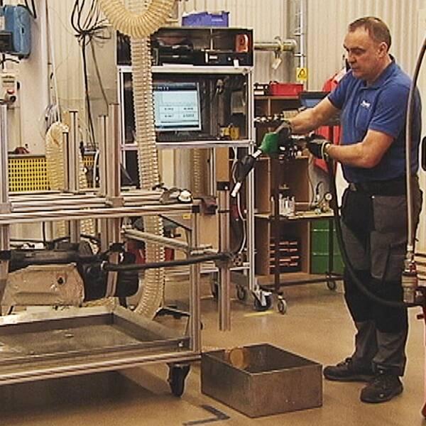 En anställd på Techroi fuel kontrollerar en bränsletank.