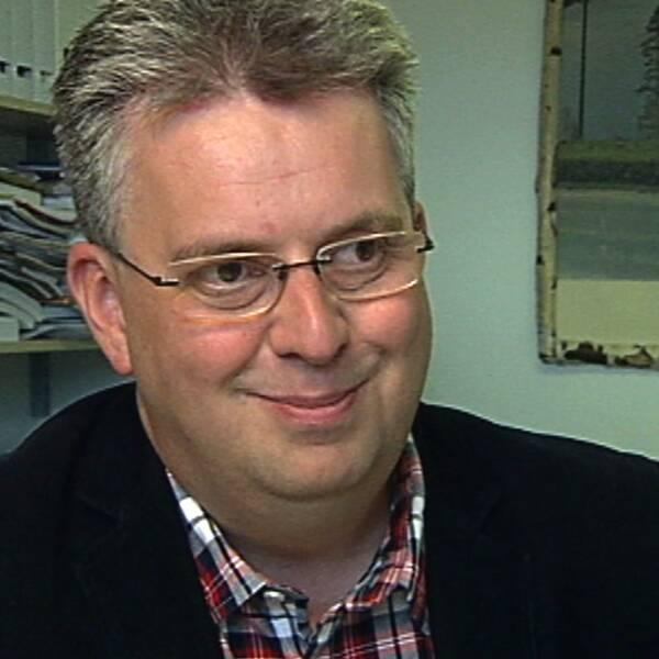 Socialdemokraten Per Eriksson ler. Han är kommunalråd i Bengtsfors och glad över att det nyanställs i kommunen.