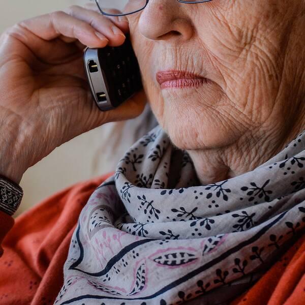 Kvinna pratar i mobiltelefon