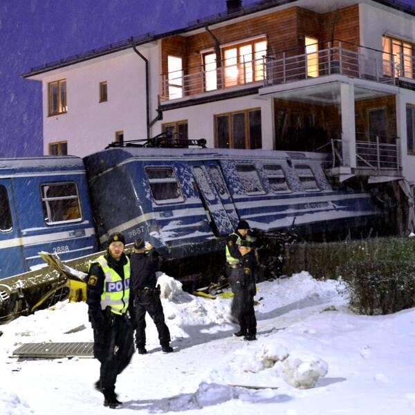 Ett tåg körde in i ett bostadshus i Saltsjöbaden 2013. Nu har tågoperatören Arriva fått en företagsbot på 500000 kronor för arbetsmiljöbrott. Arkivbild.
