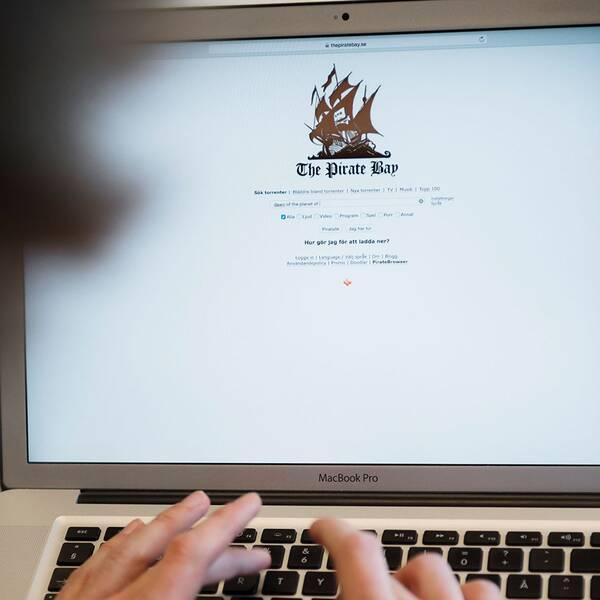 En bioskylt och en bild av sajten Pirate Bay.