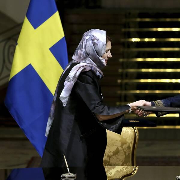 Handelsminister Ann Linde (S) och Irans vice president för kvinnor och familjefrågor Shahindokht Molaverdi, skakar hand.