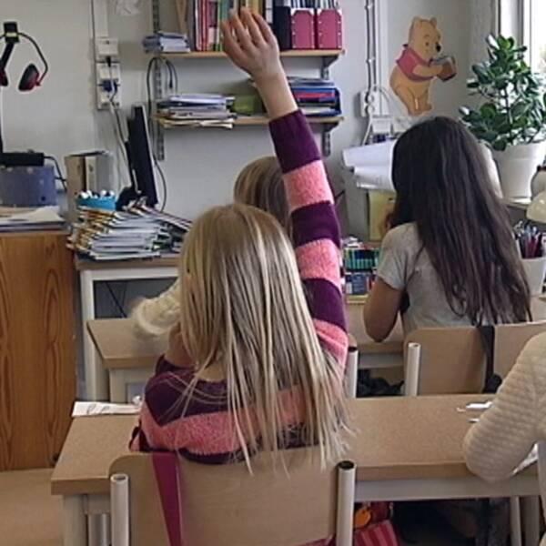 ensam elev sitter med surfplatta i en säng, i bilden till höger elever i ett klassrum som räcker upp handen