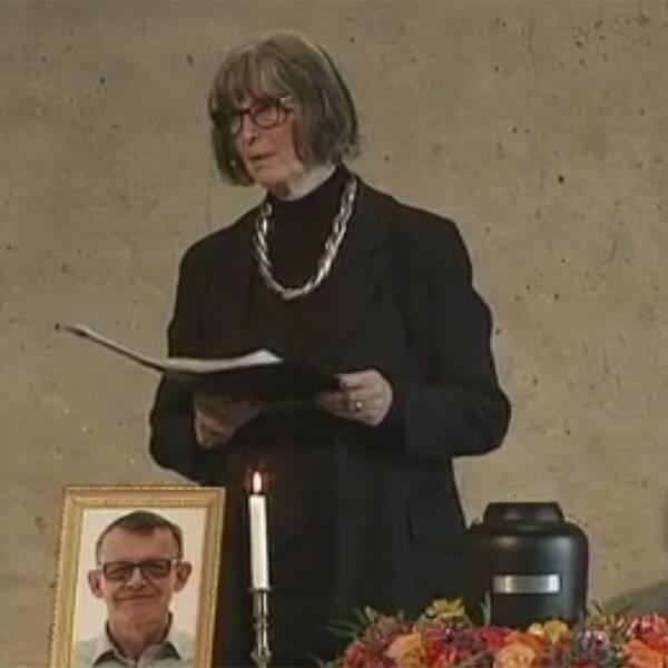 """""""Man måste leva så att man kan dö i frid"""", säger officiantoch begravningsförrättare Noomi Liljefors, vid ceremonin för Hans Rosling"""