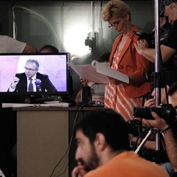 EBU-ordförande Jean-Paul Philippot är i Grekland för att stötta de 2600 anställda vid grekisk public-service-tv. Här syns han på en tv-skärm under en presskonferens på fredagen.