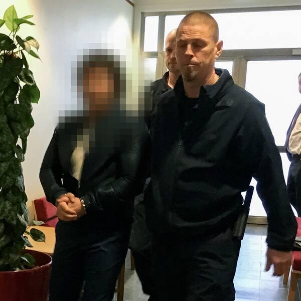 Den misstänkte mannen förs in i rättsalen.