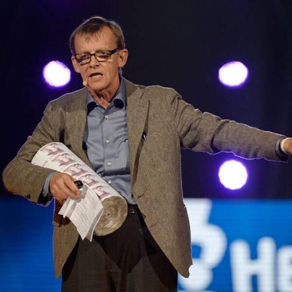 Hans Rosling står på en scen och talar