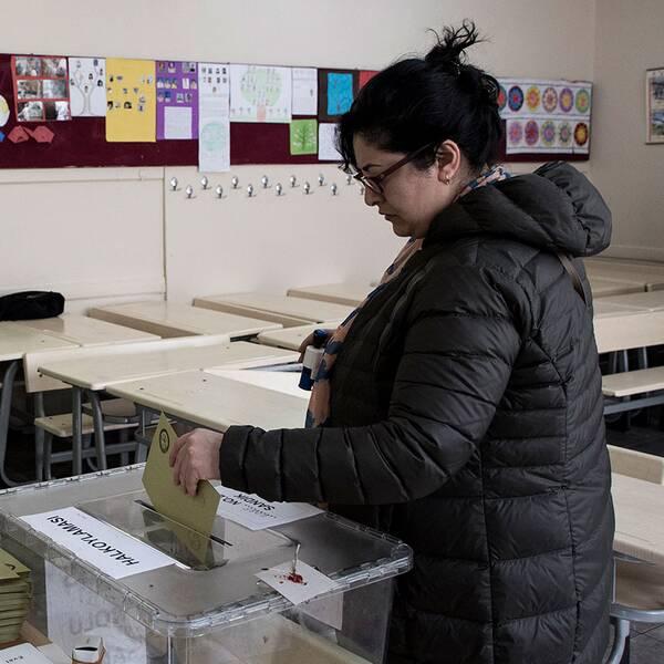 En kvinna röstar i Istanbul.