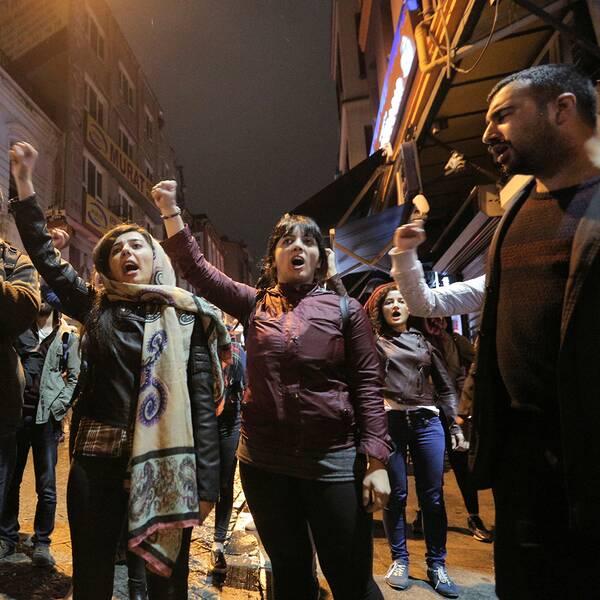 Anhängare till nej-sidan protesterade på gatorna i Istanbul efter att ja-sidan utropat sig som segrare i folkomröstningen i Turkiet under söndagen.