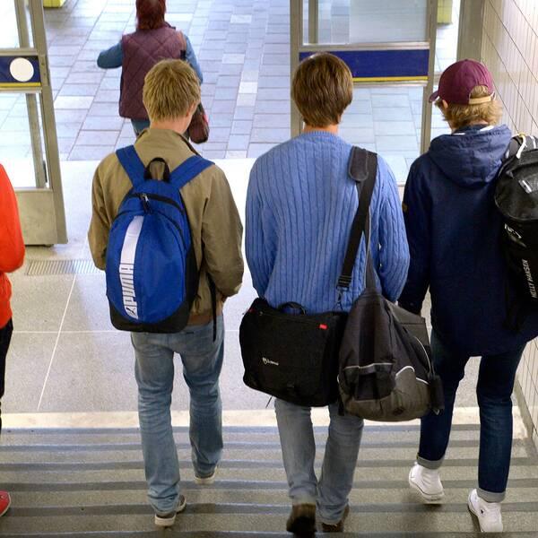Pojkar vid tunnelbanan