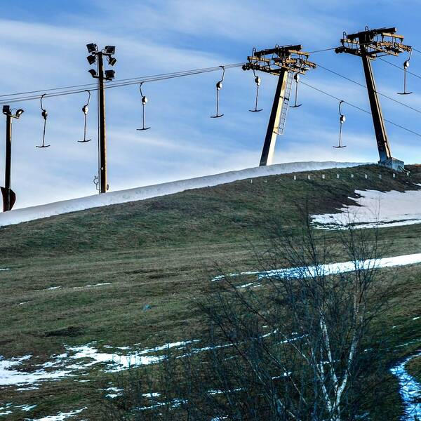 Skidliftar längs Hammarbybacken, mycket lite snö