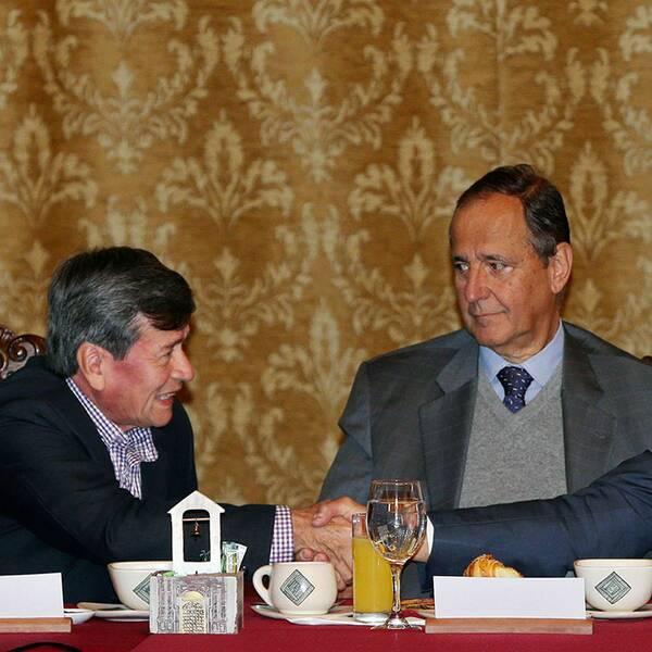 Ecuadors president Rafael Correa har bjudit in till fredsamtalen mellan Colombias regering och gerillarörelsen ELN. Pablo Beltrán (till vänster) representerar ELN och Juan Camilo Restrepo (i mitten) regeringen.