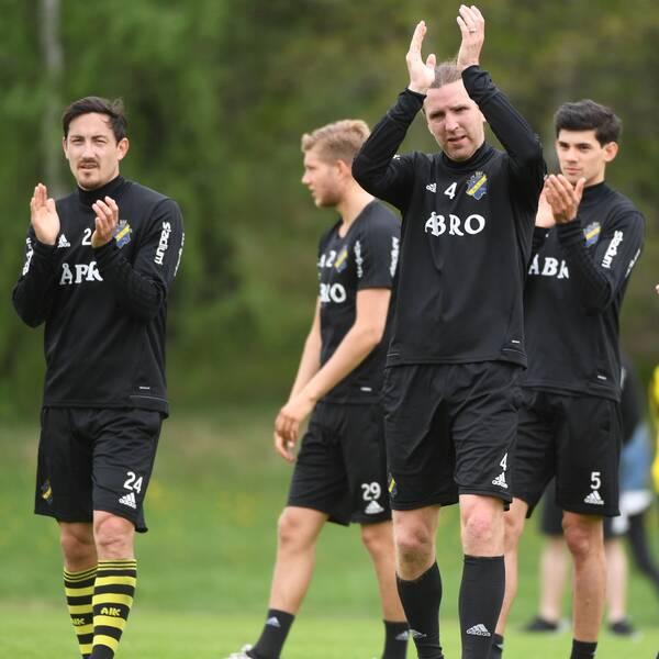 AIK:s Stefan Ishizaki och Nils-Eric Johansson applåderar supportrarna som kommit till lördagens träning inför Djurgårdsderbyt.