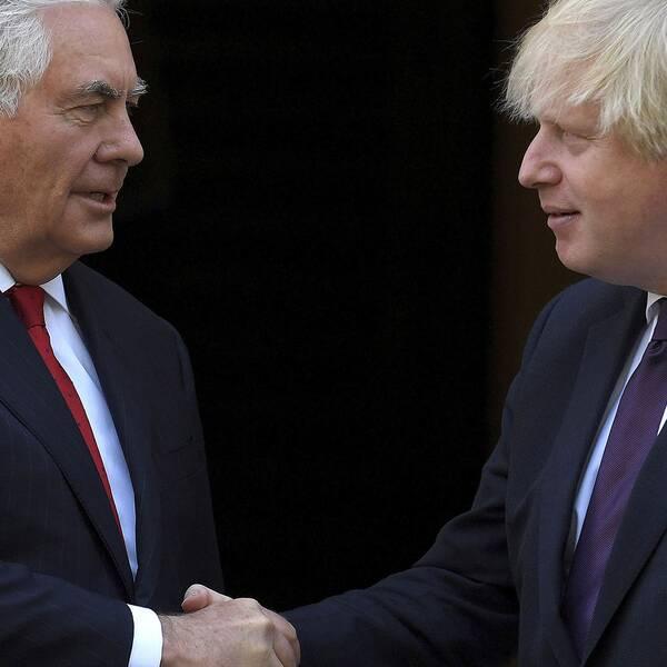 USA:s utrikesminister Rex Tillerson (vänster) möter Storbritanniens utrikesminister Boris Johnson (höger)