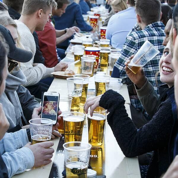 Studenter har en direkt hälsofarlig alkoholkonsumtion, visar en undersökning som presenteras i dag. Personerna på bilden har inget samband med artikeln.