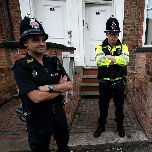Polis på plats utanför en fastighet på Springfield Road i Wigan.