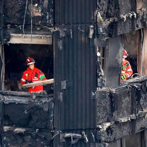 Brandmän arbetar i det förstörda våningshuset Grenfell Tower i västra London.