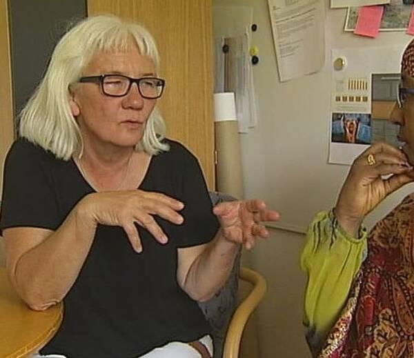 Projektledare Åsa Westerlund samtalar med en kvinna om könsstympning.