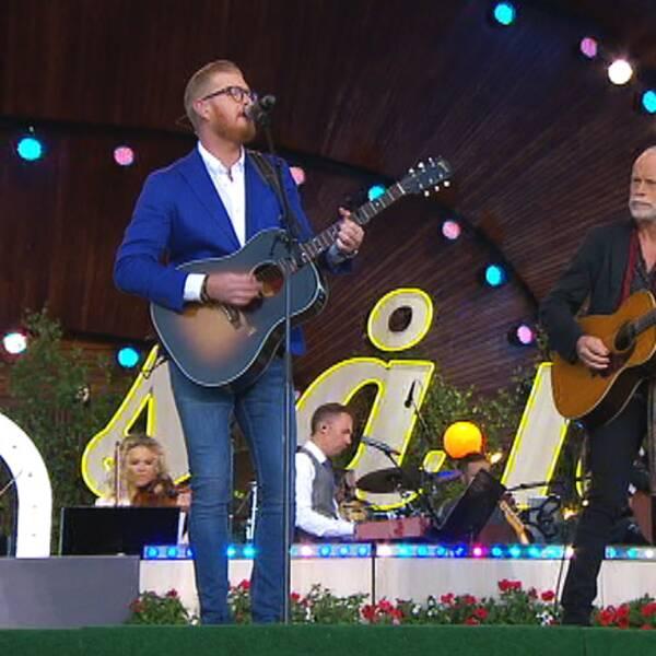 Här framför Oscar Magnusson Anita tillsammans med Sven-Ingvars gitarrist Staffan Ernestam.
