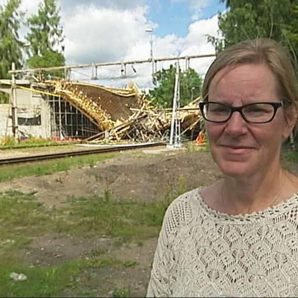Kammaråklagare Charlotta Tanner står framför olycksplatsen i Ludvika.