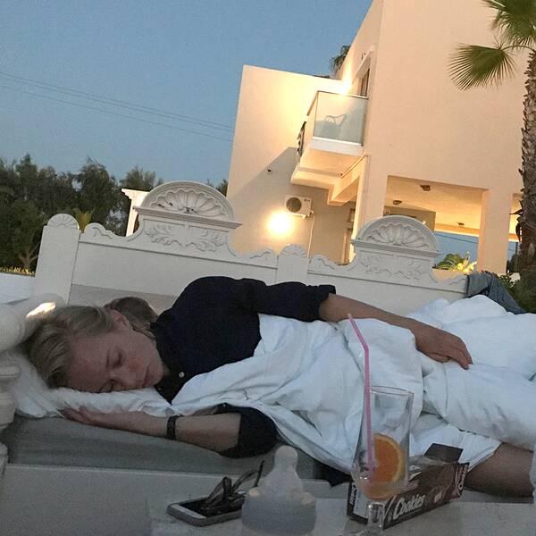 Karin Husberg sover i hotellets utomhuslounge. Bild på Karin och sonen Lasse, 5 år.