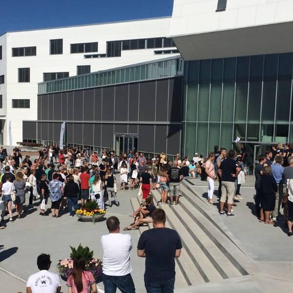 Blivande studenter vid Örebro Universitet på plats för en rundvisning på Campus.