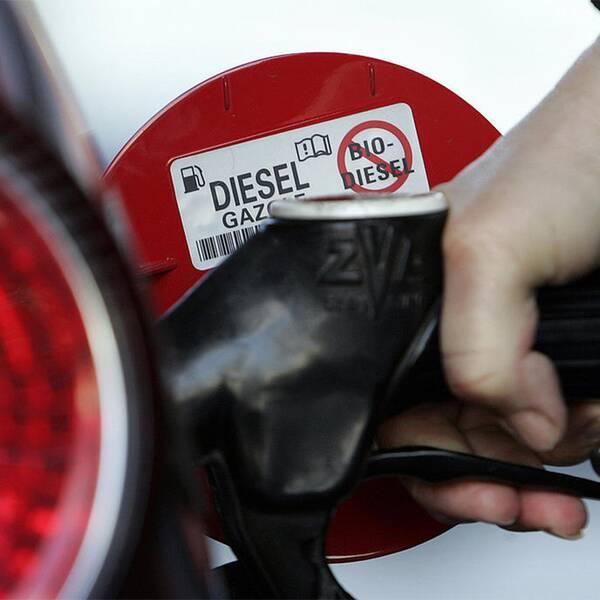 Tyska politiker vill tvinga bilindustrin att bättre rena dieselbränslet.