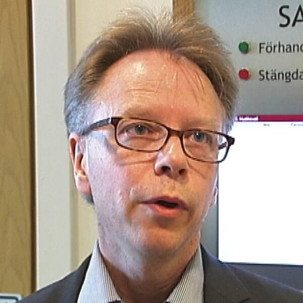 en man med glasögon intervjuas, en person under filt förs in mot tingshuset.