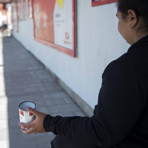 TT:s bildtext VELLINGE/SKANÖR 170829 Iasmina är 19 år och sitter utanför ICA i Skanör och tigger. I dag beslutar kommunstyrelsen i Vellinge om tiggeriförbud. Foto: Björn Lindgren / TT code 9290 // Förslaget innebär att det ska införas ett förbud mot tiggeri på flera offentliga platser i Vellinge kommun från och med första januari 2018.