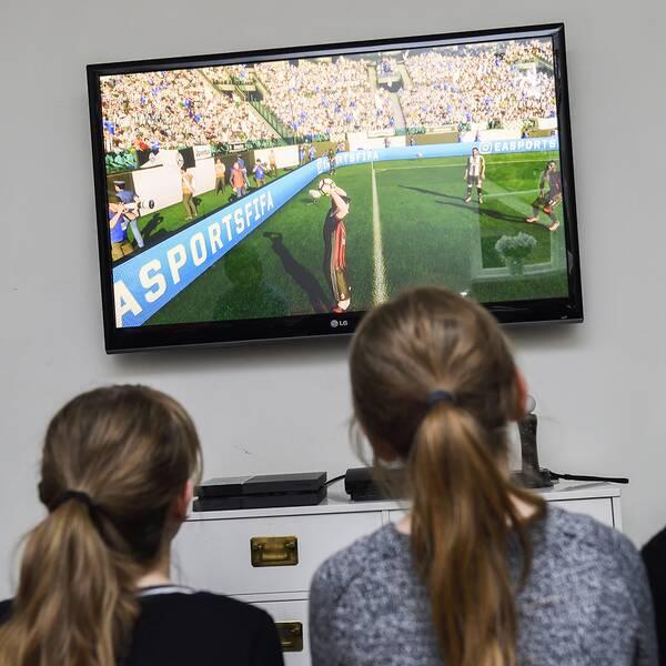 Flickor som tittar på tv.