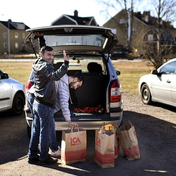 Mohammed och Hussein hämtar var sitt familje kit med matkassar att ta med hem till sina familjer. Matkassar delas ut till migranter i Hultsfred som är ett led i att hjälpa de migranter som kommit till kommunen. De har inget med det specifika domslutet att göra.