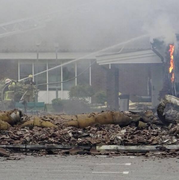 Brandmän arbetar med släckningen av moskén i Vivalla i Örebro. Sprutar vatten på byggnaden.