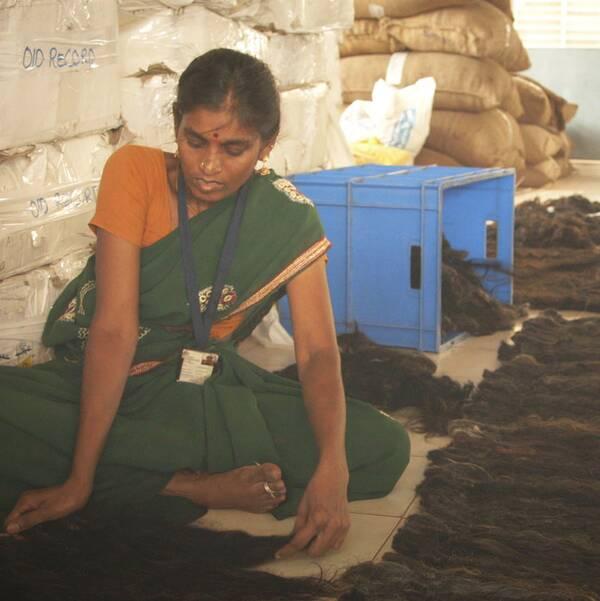 Uppdrag granskning visar hur håret passerar genom fabriker och distributörer där kvinnor från landsbygden inte sällan arbetar för löner som ligger under indiska minimilöner.