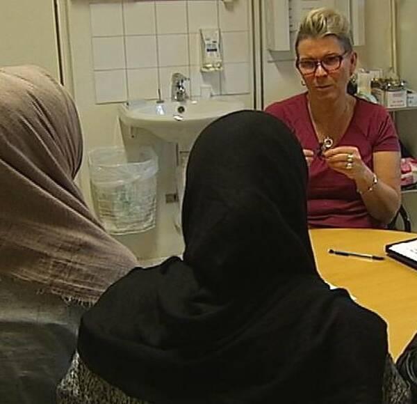 Skolsköterskan Mona Stenmark informerar om den hjälp som finns att få efter könsstympningen.