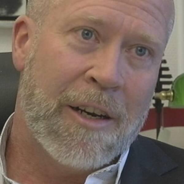 Claes Wiridén, chef för socialförvaltningen, känner inte till uppgifterna om felaktiga löner i den nya rapporten.