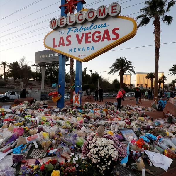 Blommor vid en skylt i Las Vegas samt sheriff Joseph Lombardo vid en presskonferens