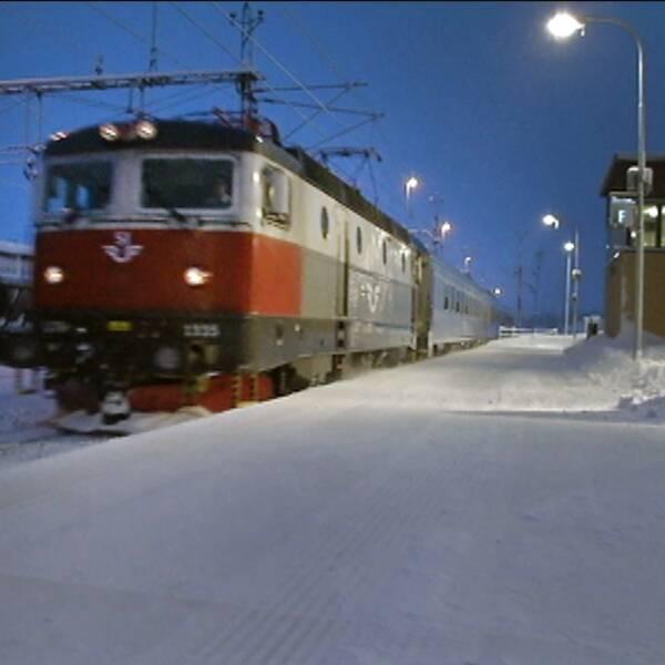 Ett tåg som står vid en tågstation.