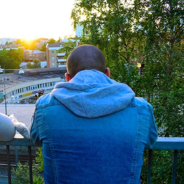 Ungdomar ser på solnedgång. Arkivbild.