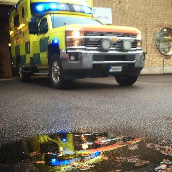 Ambulans kör ut ur ett garage