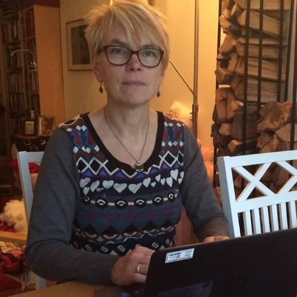 Statsvetaren Agneta Blom sitter vid ett bord vid en dator.