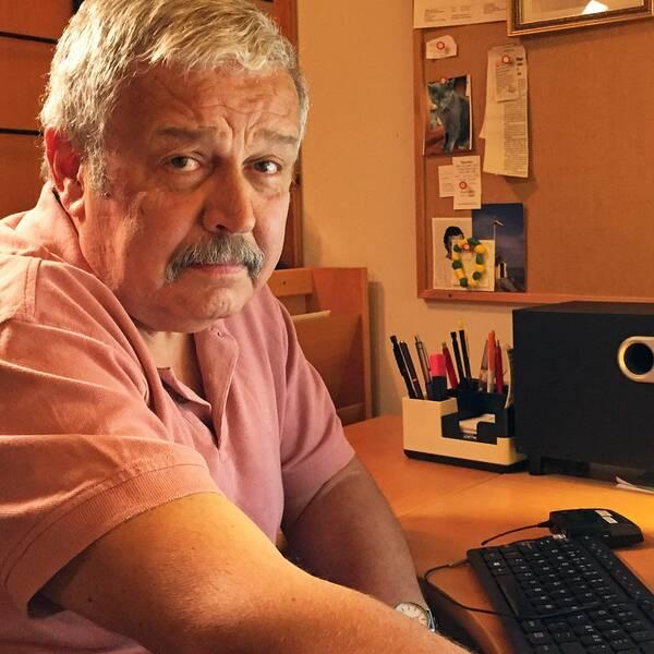 Sandor Herold sitter vid sin dator.