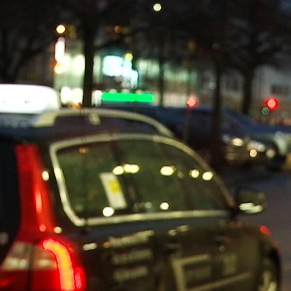 Taxibil som väntar på körning.