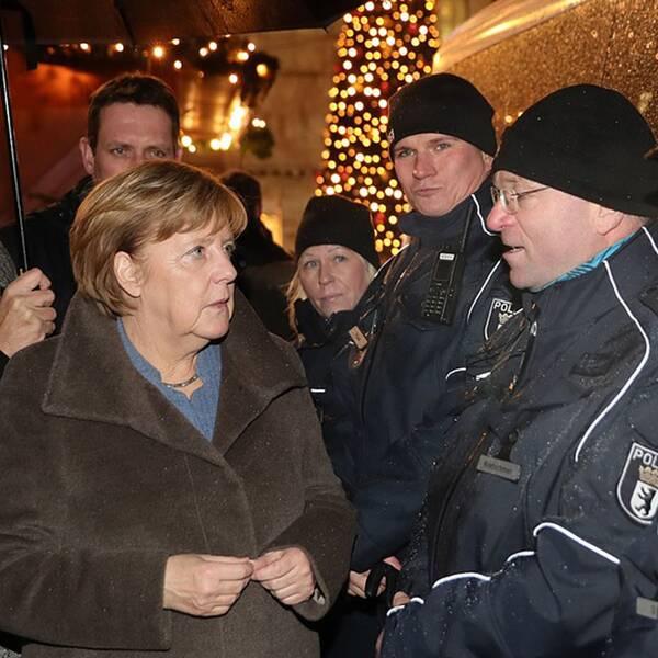 Förbundskansler Angela Merkel besöker julmarknaden på Breitscheidplatz i Berlin, där terrordådet inträffade den 19 december 2016 och tolv människor dödades och 70 skadades.