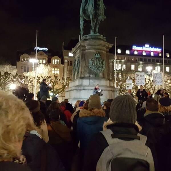 Människor som lyssnar på talare under tisdagens demonstration.