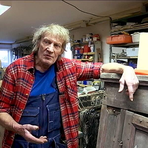 Anders Åberg i sin verkstad på Mannaminne 2015. Han avled i natt, 72 år gammal