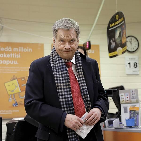 Finlands president Sauli Niinistö förhandsröstar i presidentvalet den 18 januari.