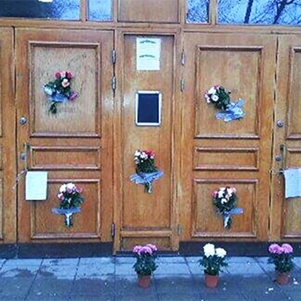 Moskén på Södermalm i Stockholm som klottrades ner med hakkors har nu i stället prytts med blommor.