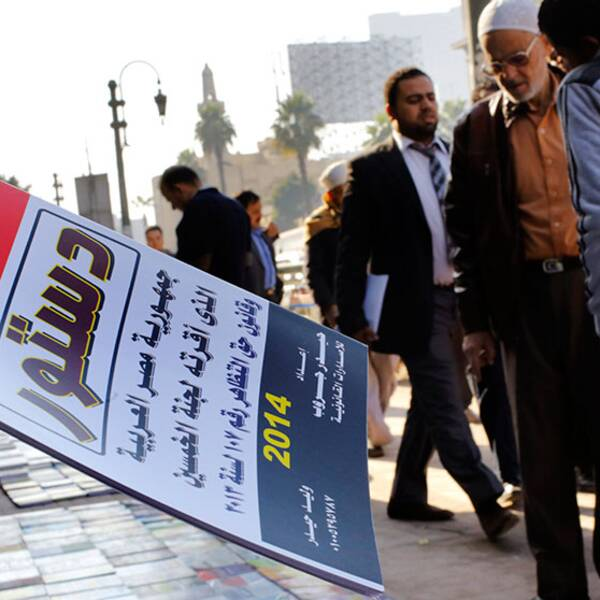En gatuförsäljare säljer förslaget till grundlag