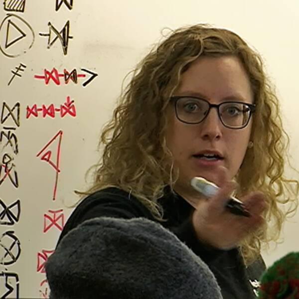 Kvinna står vid whiteboard